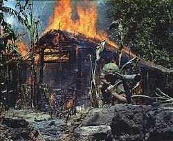 Brennendes Vietcong-Camp in My Tho am 5. April 1968